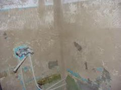 При начале ремонта стены ванной очищаются